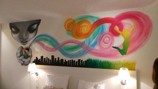 Hotel BLOOM! : la fresque au dessus du lit