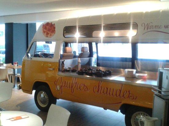 Hotel BLOOM!: la camionette a gauffres dans la salle de petit dejeuner