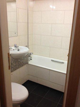 President Hotel: Toute petite salle de bain