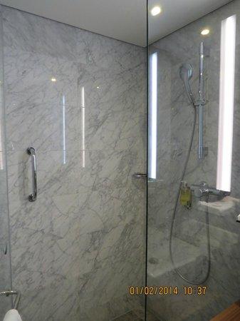 Derag Livinghotel Dusseldorf: Baño