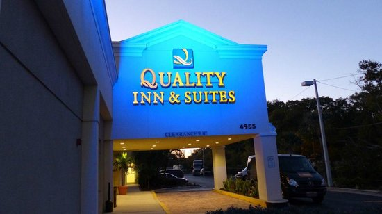 Quality Inn & Suites Near Fairgrounds Ybor City: Hotel by night