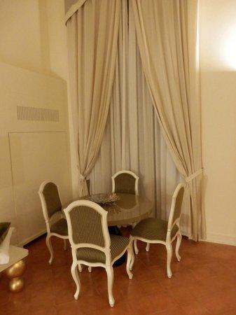 Palazzo Caracciolo Napoli MGallery by Sofitel: le coin salle a manger de la suite
