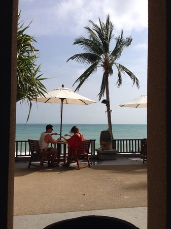 Impiana Resort Chaweng Noi: Outdoor patio of restaurant overlooking beach