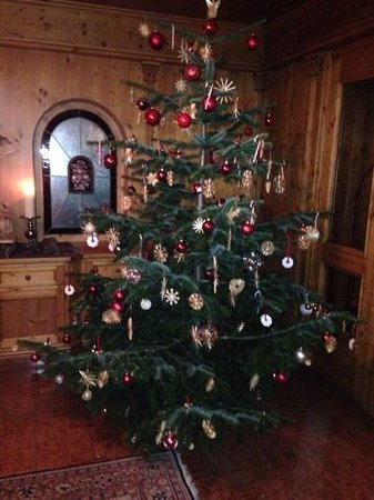 Montanara: Beautiful Christmas tree decorated by the children and guests staying on Christmas eve. Sweet tr