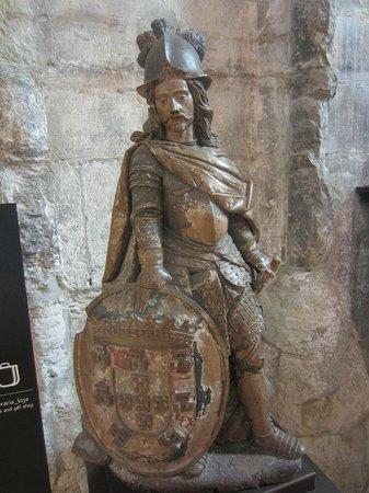 Carmo Archaeological Museum : statue bois du musée