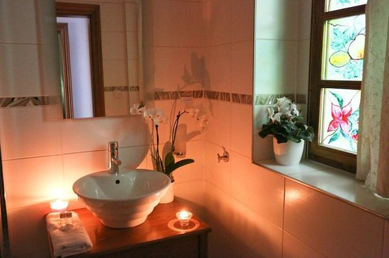 Hotel & Spa Carolline: 1st & 2nd floor Apartments bathroom (same)