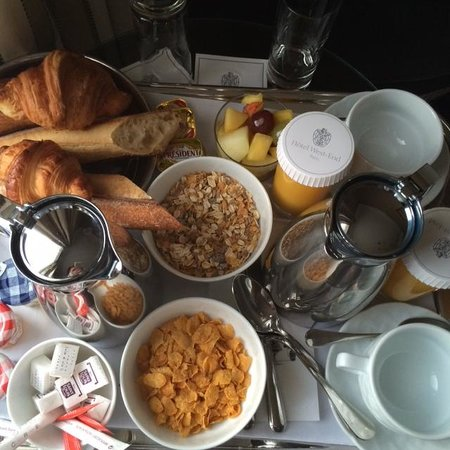 West-End Hotel : Free continental breakfast served in room (choices of cereal, juices, tea, Coffee and hot chocol