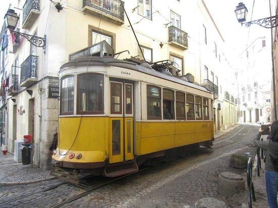 tram 28 dans alfama