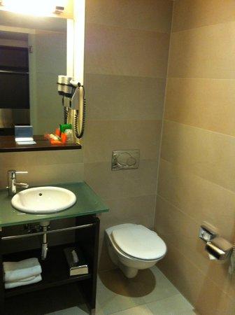 NH Maastricht: Bathroom