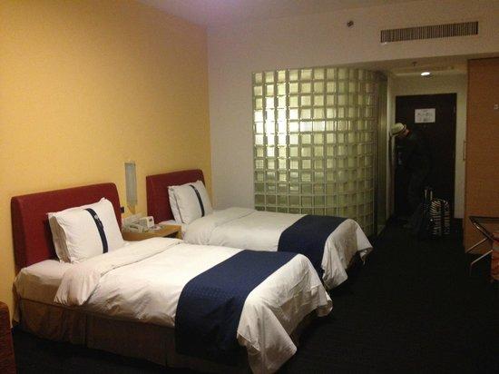 Holiday Inn Express Zhabei Shanghai: Номер, за стеклом - душевая