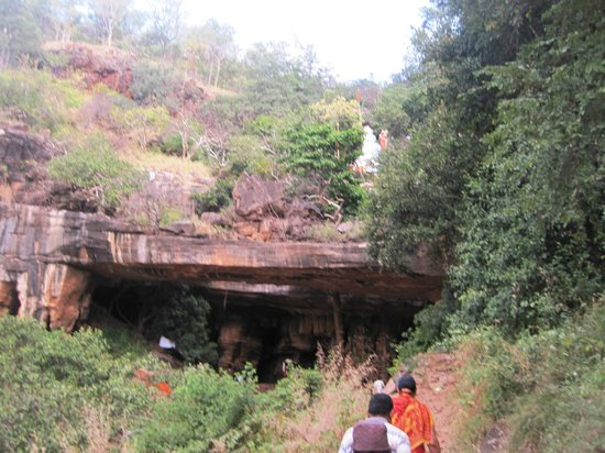 Srisailam, Índia: front view of caves