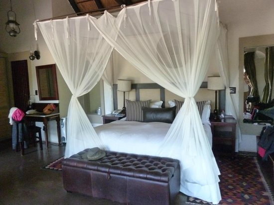 Jock Safari Lodge: Bed not that youll be in it much !