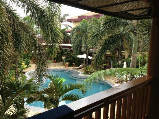 Best Western Boracay Tropics Resort: Вид из номера на бассейн