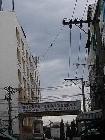 Meechai Mansion: The street towards the hotel
