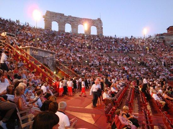 Arènes de Vérone : 遺跡がそのまま観客席