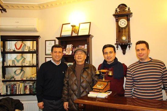 Osmanhan Hotel: オーナー兄弟とスタッフとともに