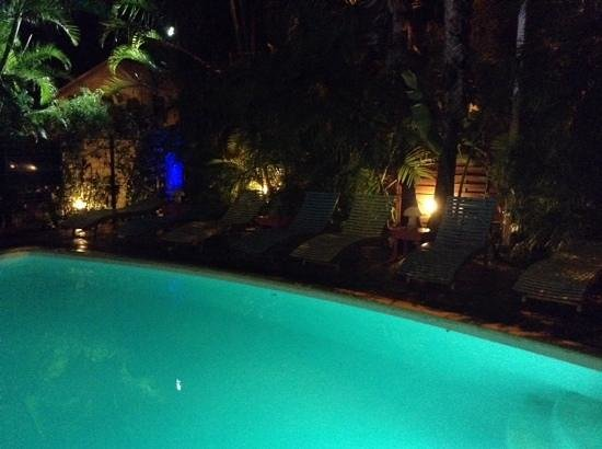 Hotel les Bougainvilliers : beleuchteter Pool Abendstimmung