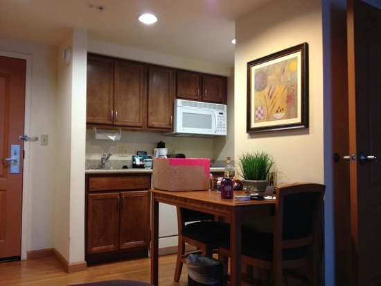 Homewood Suites Cincinnati-Milford : Kitchen area