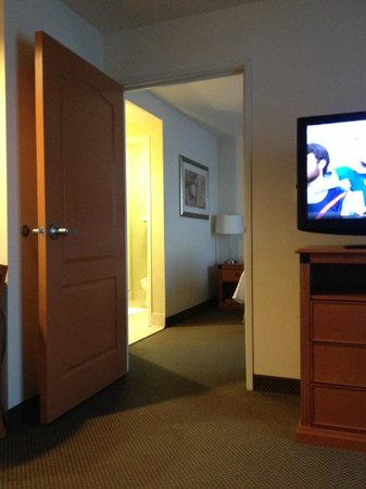 Homewood Suites by Hilton Cincinnati-Milford : Living Room to Bedroom