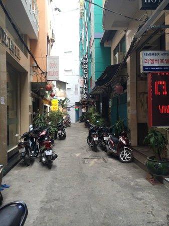 Bich Duyen Hotel : back alley