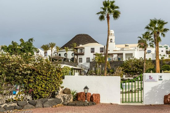 Hotel THe Volcan Lanzarote: Entrance to Hotel from Marina Rubicon