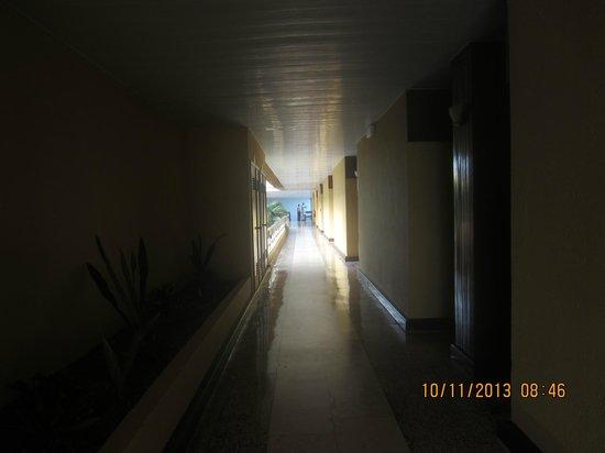 Hotel Club Amigo Atlantico Guardalavaca: Hallway to room. Second floor.