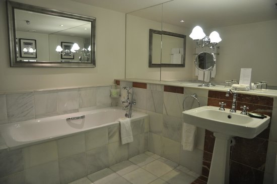 The Westin Dublin: Marble bathroom