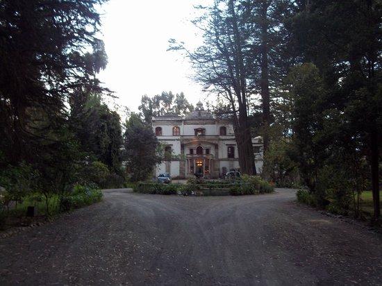 Hacienda La Cienega: Fachada y parque