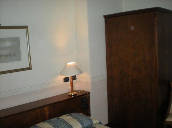 Hotel Lugano Torretta : Camera, piccolo ma comodo armadio