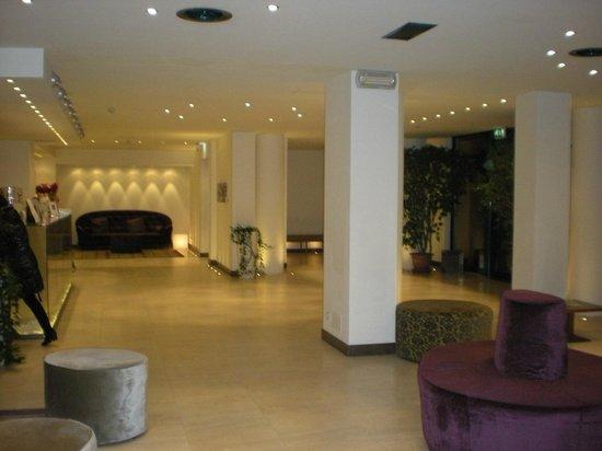 Hotel Lugano Torretta : Reception, divani, quadri e design