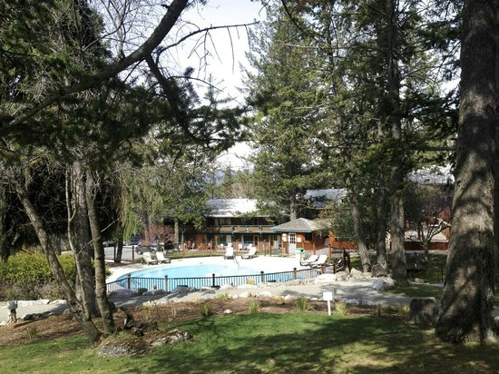 Fairmont Hot Springs Resort : A view of the private hot springs at the resort