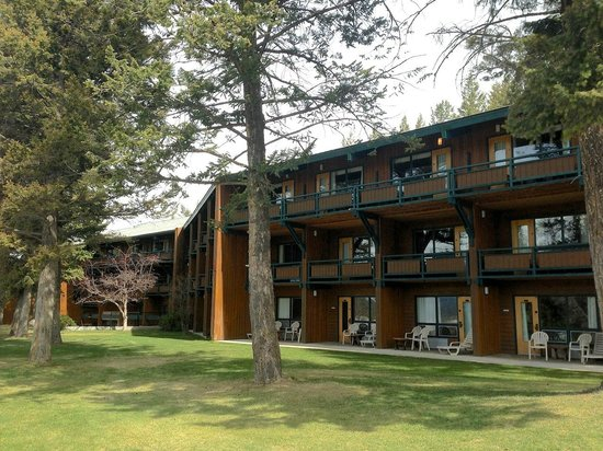 Fairmont Hot Springs Resort : The rear of the resort. Best rooms are on bottom floor