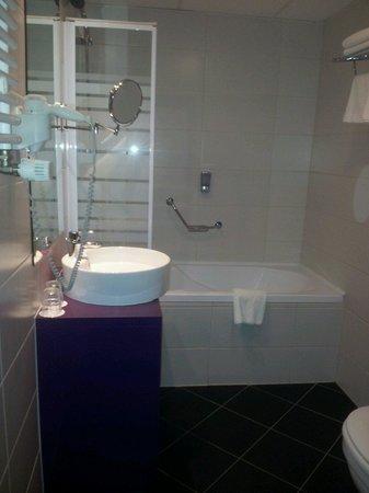 Cosmo City Hotel: Bagno con vasca!