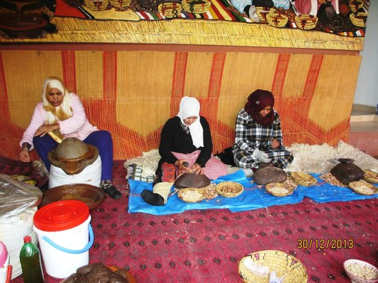 Atlas and Sahara Day Tours : Making Argan Oil
