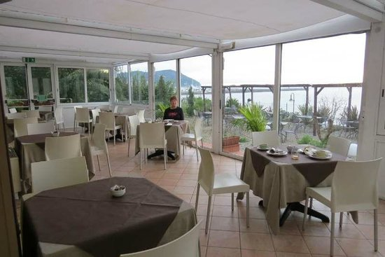 Hotel Corallo: We had breafkast in this area of the restaurant overlooking the sea