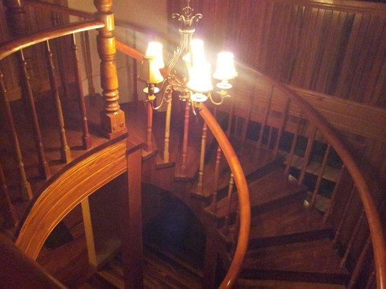 Hotel Belmar : L'escalier tout en bois massif