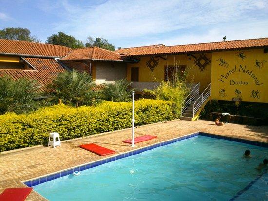 Hotel Natural: Foto olhando do corredor do quarto para piscina