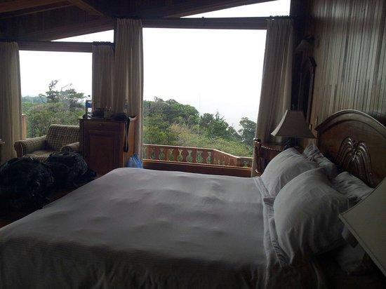 Hotel Belmar : Le lit et sa baie vitrée
