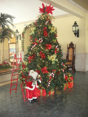 The Royal Sands Resort & Spa All Inclusive: Christmas decorations in lobby.