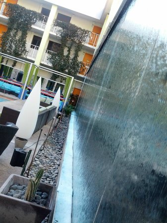 The Clarendon Hotel and Spa: Water wall at pool