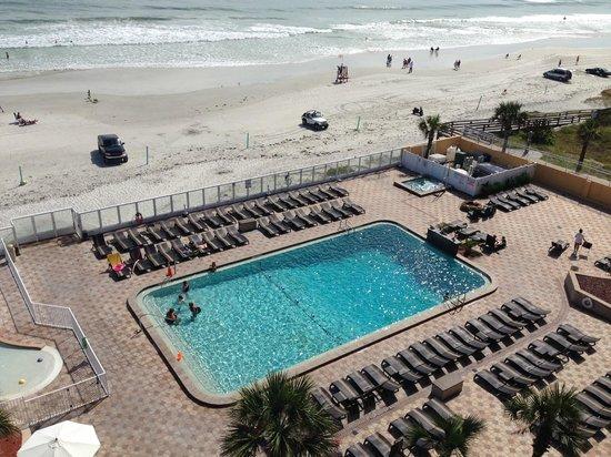 Holiday Inn Resort Daytona Beach Oceanfront: Blick auf den Pool/ Strand aus dem Zimmer