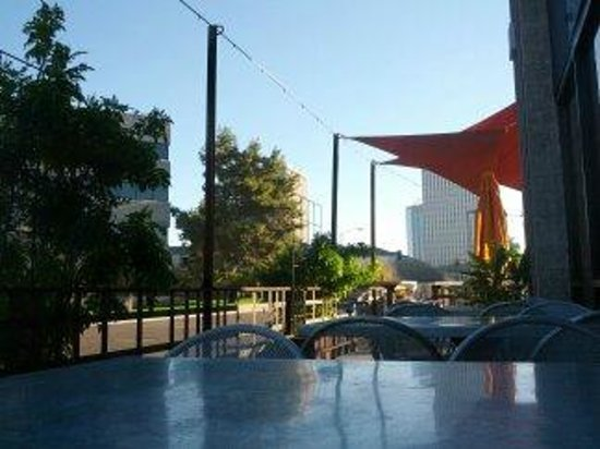 The Clarendon Hotel and Spa: Patio dining on Clarendon Avenue