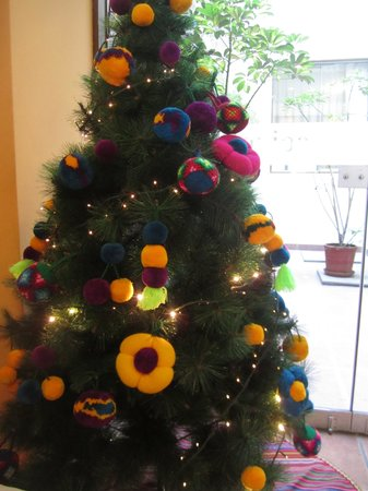 Los Tambos : The lobby Christmas tree