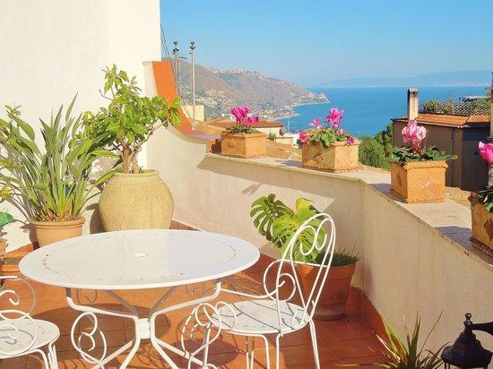 Sky of Taormina : La costa jonica vista dalla terrazza comune