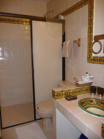 Hotel Posada San Francisco: Modern squeaky clean bathroom