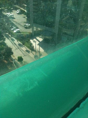 BEST WESTERN PREMIER Marina Las Condes: Vista da cidade através da parede de vidro da Piscina