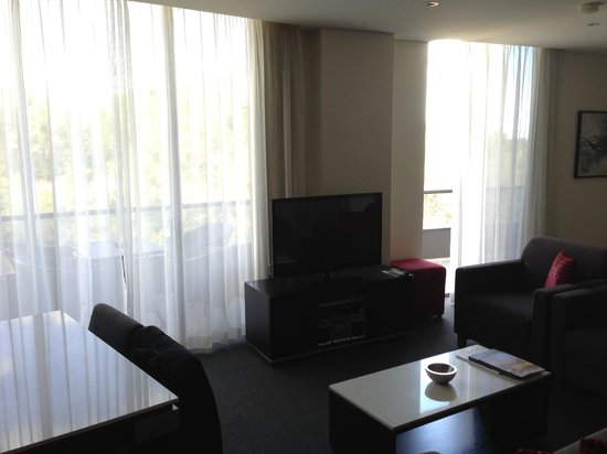 Meriton Serviced Apartments George Street, Parramatta: living room