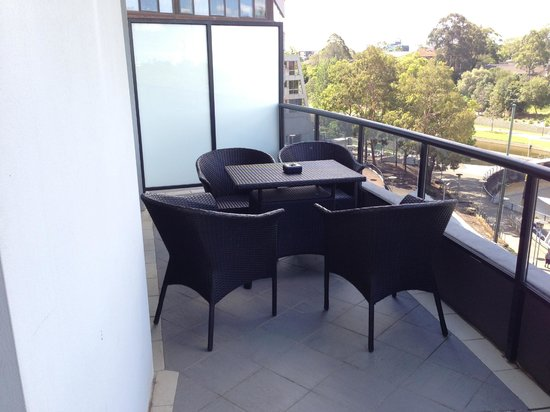 Meriton Serviced Apartments George Street, Parramatta: balcony