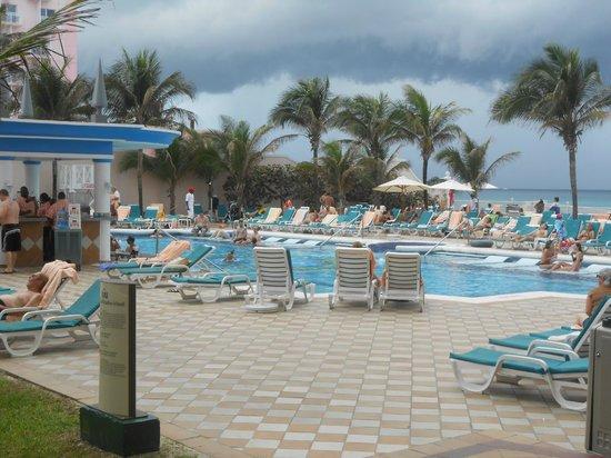 Hotel Riu Palace Paradise Island: Pool
