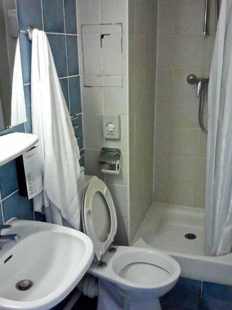 Campanile Paris 15 - Tour Eiffel: Крошечная ванная комната!